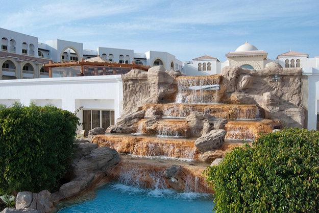 V hoteloch v Hurghade tečú aj umelé vodopády.