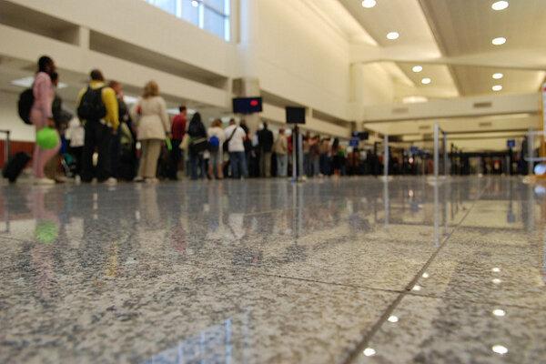 Bezpečnostné kontroly predlžujú čakanie na letiskách.