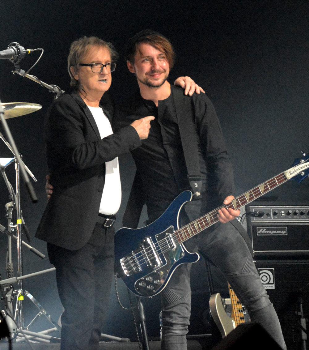 Členom Mirovej kapely bol aj gitarista, spevák a producent Abbey Road Rob Cass.