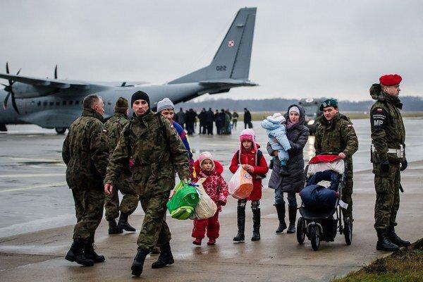 Rodiny z východnej Ukrajiny pristáli na letisku pri poľskom Malborku.