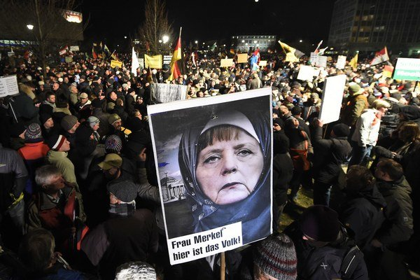 Demonštranti proti imigrantom od Merkelovej žiadajú, aby obmedzila množstvo utečencov.