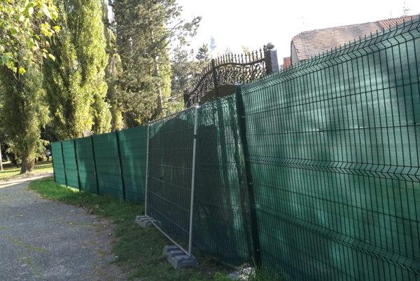 Na plote v parku pribudli nedávno brány.