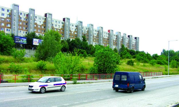 Na bytovú výstavbu je určený aj pozemok na Viničkách - svah medzi domom a cestou.