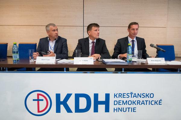 Podpredseda KDH Pavol Zajac, predseda KDH Alojz Hlina a podpredseda Milan Majerský počas rokovania mimoriadneho snemu.