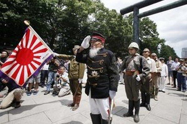 Japonskí veteráni pochodujú v Tokiu.