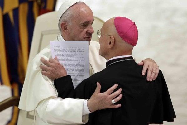 Pápež v objatí s Andrém Marceau, biskupom z Nice.