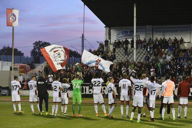 Trenčania ďakujú fanúšikom po víťazstve 2:1.