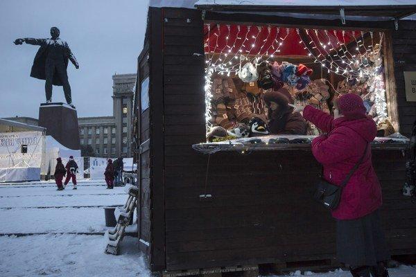 Na vianočných trhoch v Petrohrade nemôže chýbať ani Leninova socha.