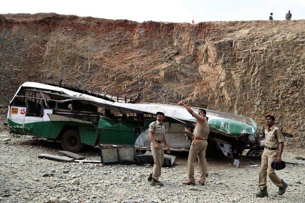 Policajti prehľadávajú vrak autobusu na mieste dopadu v rokline pri indickom meste Penukonda, asi 145 kilometrov severne od Bangalore 7. januára 2015.