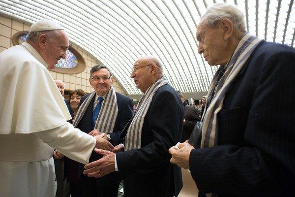 Pápež František sa zdraví s väzňami bývalého nacistického vyhladzovacieho koncentračného tábora Auschwitz-Birkenau počas generálnej audiencie vo Vatikáne 7. januára 2015.