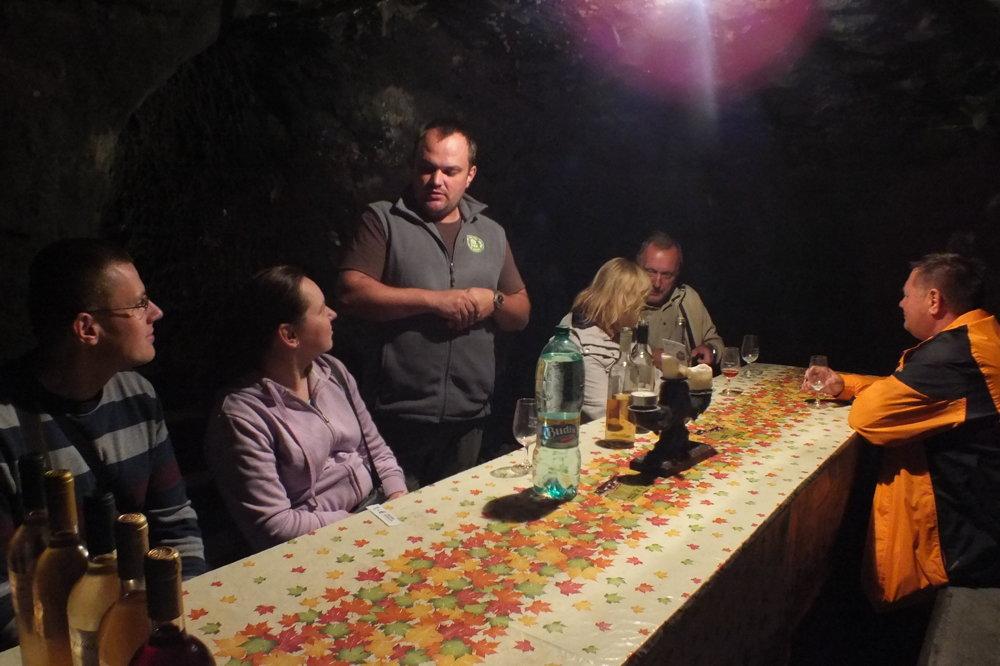 Následovník vinárov Kapráľových, Tomáš, ponúka to najlepšie, čo sa pod zemou, v súdkoch skrýva.