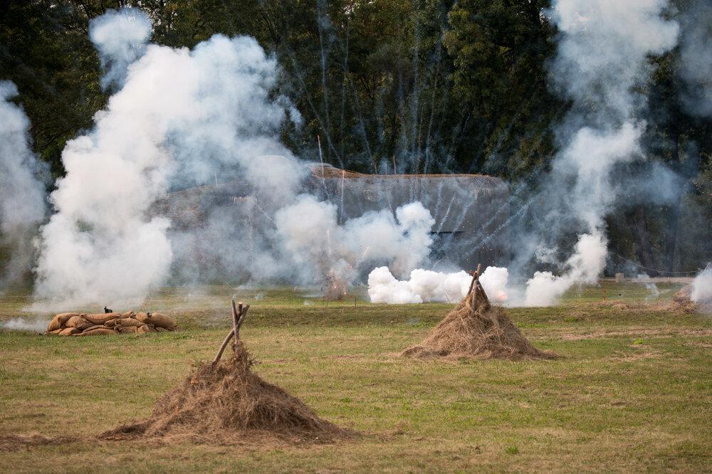 Stúpajúci dym na mieste rekonštrukcie bitky.