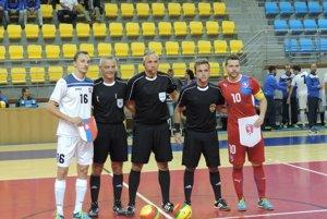 Kapitáni slovenskej ačeskej reprezentácie pred zápasom.