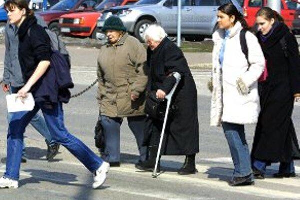 Chodci by mali cez cestu prechádzať po priechodoch.