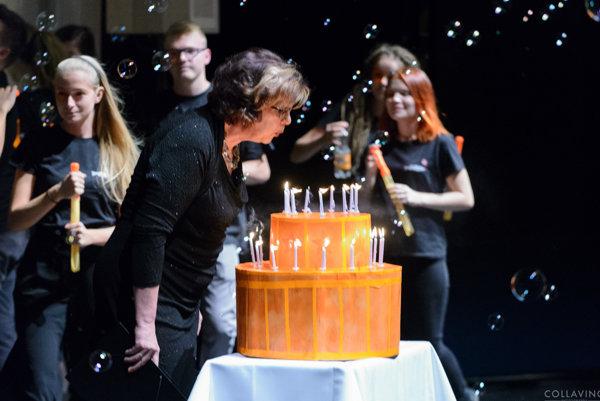 Riaditeľka festivalu Darina Kárová počas slávnostného otvorenia sfúkla symbolických 25 sviečok na torte.