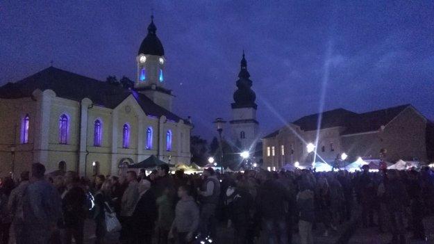 Večerné nasvietenie námestia a evanjelického kostola fascinovalo všetkých návštevníkov.