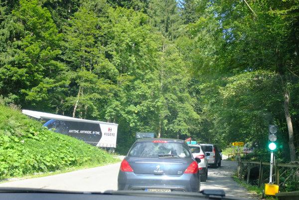Semafory na oboch stranách obchádzky ktosi ukradol.
