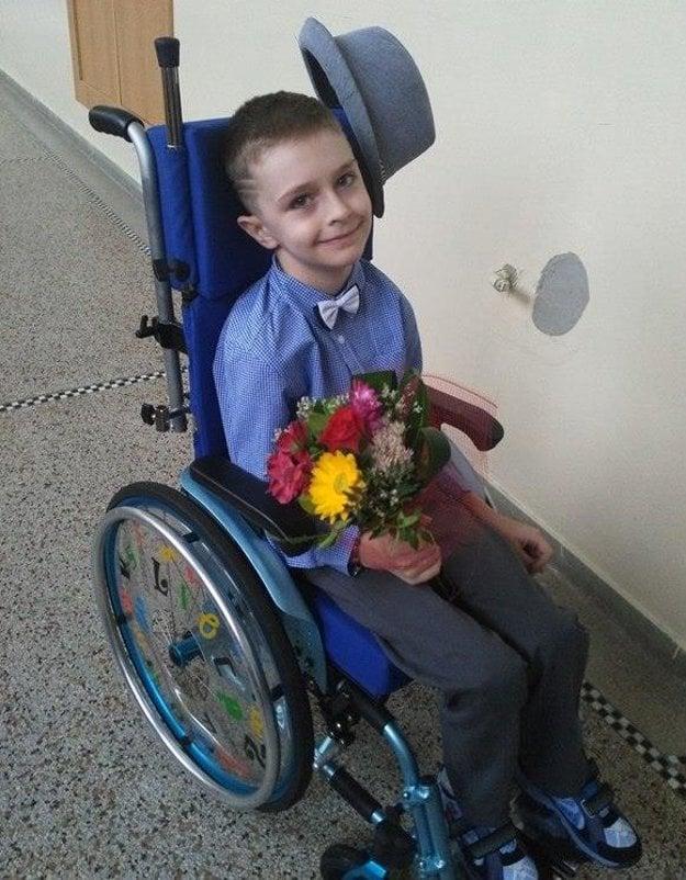 Martinko Kupec na začiatku školského roka. Do školy prišiel iba na jeho otvorenie, učiteľka dochádza k nemu domov.
