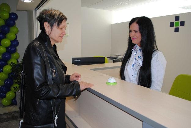Prvá. Pani Iveta Makarová si ako prvá vyskúšala služby novej recepcie. Pokladá ju za dobré riešenie, poslúži hlavne starším ľuďom a cezpoľným.