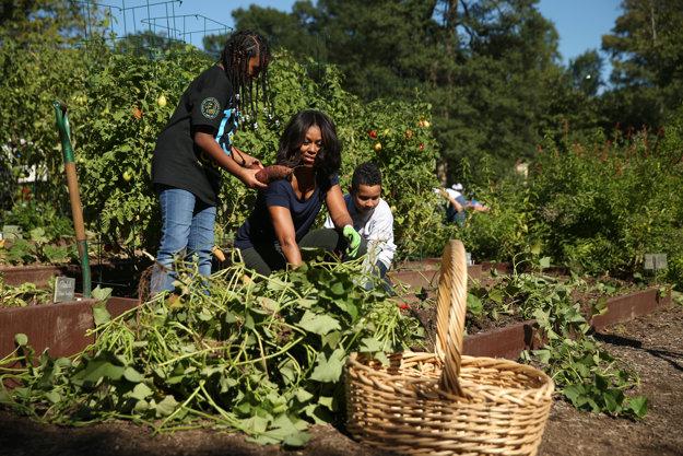 Michelle Obama so žiakmi washingtonskej základnej školy počas zberu jesennej úrody v záhrade Bieleho domu