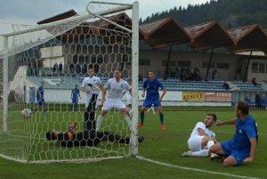 Ivan Šebík (vpravo) strieľa gól Čadce na 3:1.