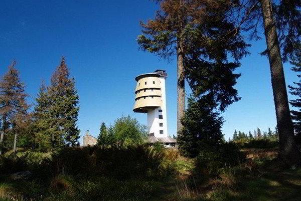 Rozhľadňa Poledník stojí na Šumave neďaleko Prášil. Vedie na ňu 227 schodov a meria 37 metrov.