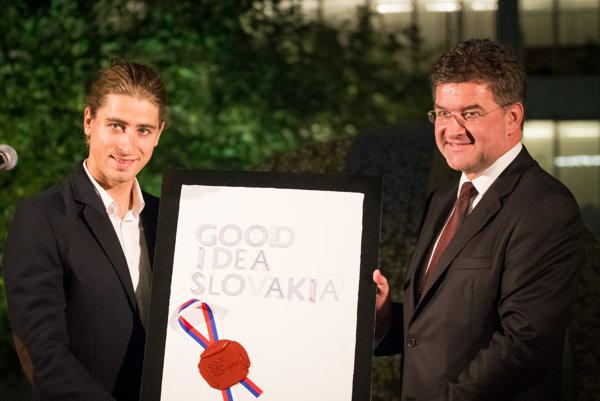 Majster sveta a Európy v cestnej cyklistike Peter Sagan a minister zahraničných vecí a európskych záležitostí Miroslav Lajčák počas odovzdávania čestného titulu.