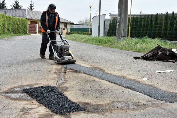 Stav ciest a chodníkov trápi nielen Prievidžanov, ale aj ľudí v iných regiónoch Slovenska.
