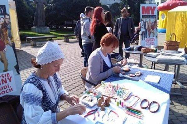Súčasťou stánku týždenníka MY Žilinské noviny boli ženy zo spolku Živena.