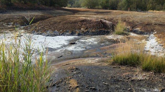Náučný chodník v prírodnej rezervácii vedie cez vyschnuté slané jazero. Jeho súčasťou sú aj bahenné sopky - mofety.