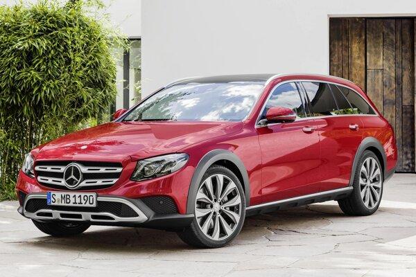 Nový Mercedes-Benz  triedy E, verzia All-Terrain. Od štandardného kombi triedy E sa model All-Terrain navonok odlišuje niekoľkými dizajnérskymi prvkami, ktorým dominuje dvojlamelová maska chladiča.