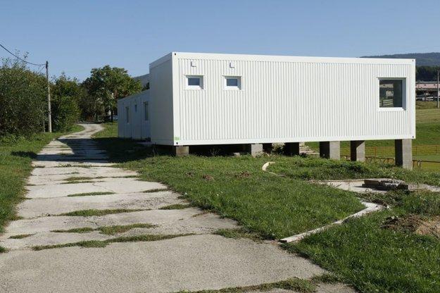 Pozemky pod cestou k šatniam obec usporiadala a získa aj priestor pre parkovisko.