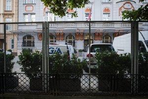 Plot okolo budovy Americkej ambasády v Bratislave.