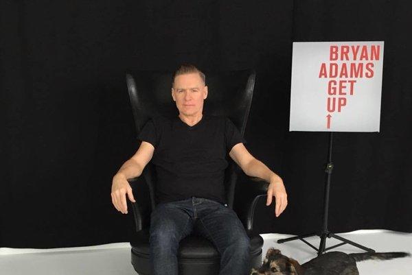 Sympatický rocker. Bryan Adams sa už blíži ku Košiciam.