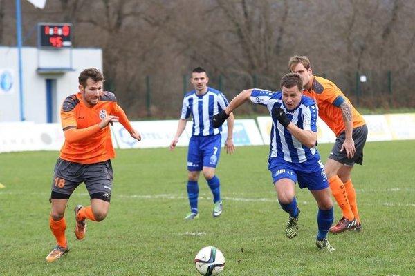Veľa gólov nepadá. Vminulej sezóne vyhrali vo vzájomných dueloch domáce tímy 1:0.