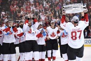 Kapitán Crosby nesie pohár víťazom.