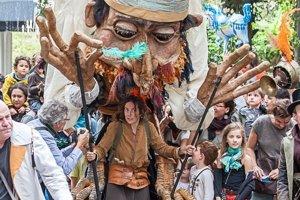 Hudobno-divadelná šou s gigantickou bábkou, orchestrom a akrobatom z uplynulých ročníkov festivalu.