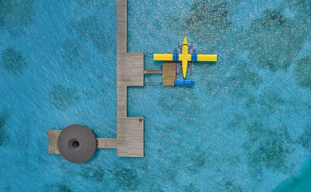 Pohyb po jednotlivých ostrovoch súostrovia predražuje doprava, či už hydroplánom alebo loďou.