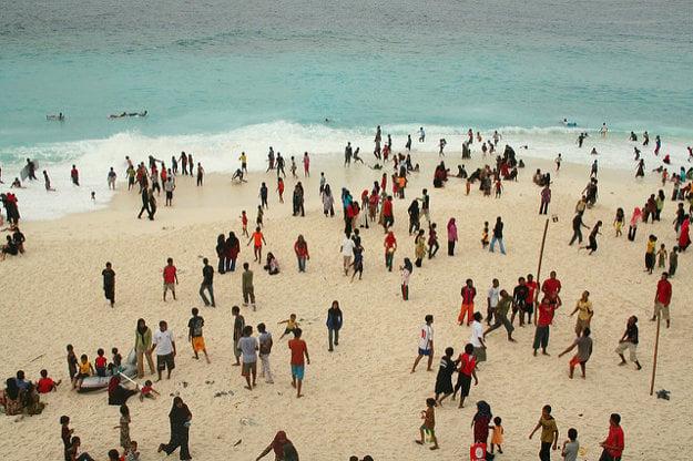 Na verejných plážach sa neokúpete ani v plavkách.