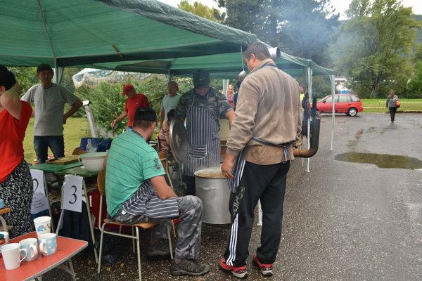 Súťažiaci pre dážď varili guláš aj pod prístreškami.