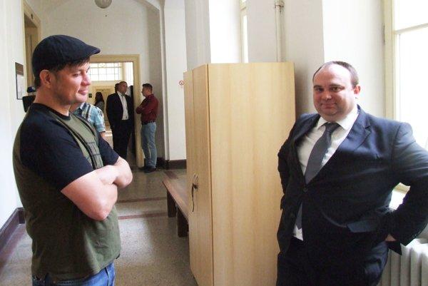 Richtárik (vpravo je jeho právny zástupca) vypovedal na prvom pojednávaní, teraz na súd neprišiel.