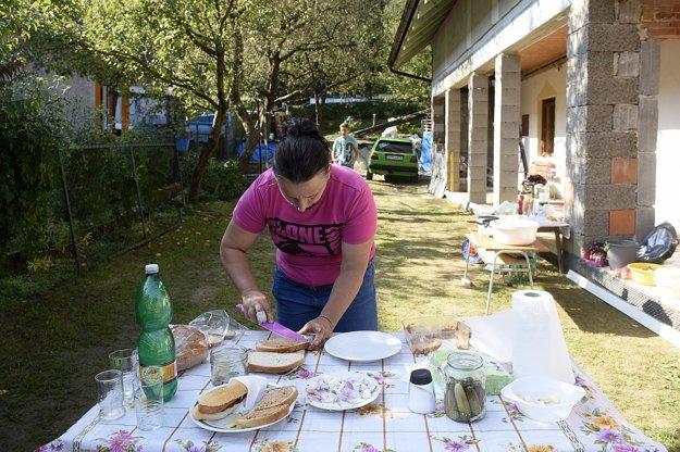 Žena pripravuje občerstvenie okoloidúcim.