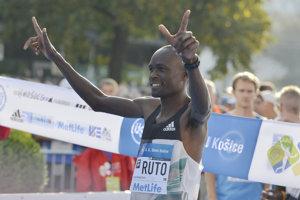 Na snímke Evans Kipkogei Ruto z Kene s číslom 2.