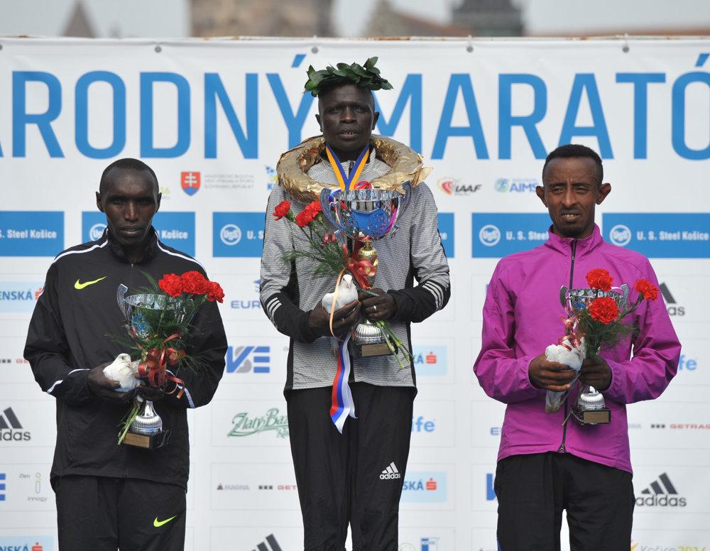 Víťaz hlavnej kategórie mužov David Kemboi Kiyeng z Kene (uprostred), Elijah Kiprono Kemboi (vľavo) z Kene na 2. mieste a 3. mieste Tadesse Temechachu (vpravo) z Etiópie počas 93. ročníka Medzinárodného maratónu mieru (MMM) v Košiciach.