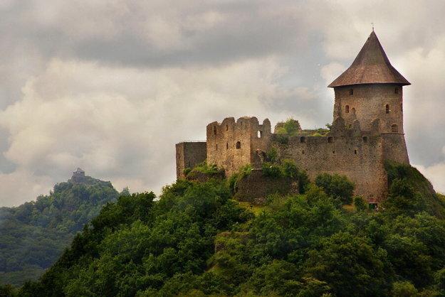 Hrad Šomoška, v pozadí hrad Salgó.