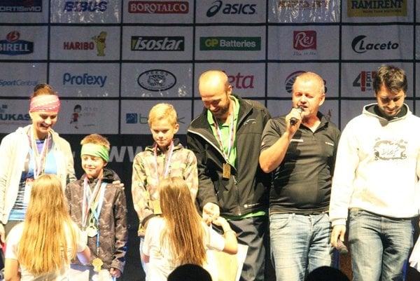 Druhý sprava (s mikrofónom) hlavný organizátor Vladimír Baron.