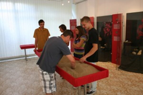 Návštevníci mohli v nádobe s pieskom hľadať úlomky lastúrnikov.