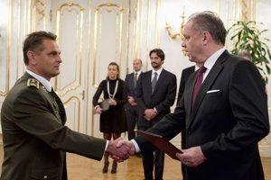 Povýšený generál Ľubomír Gacko (vľavo) a Andrej Kiska (vpravo).