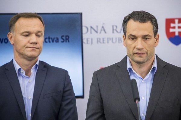 Marcel Forai (vpravo) sa po prevalení kauzy s tetou Ankou 22. septembra vzdal funkcie. Asistoval mu minister zdravotníctva Viliam Čislák.