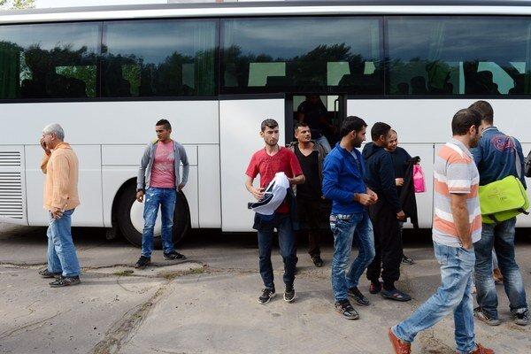Na snímke príchod žiadateľov o azyl.